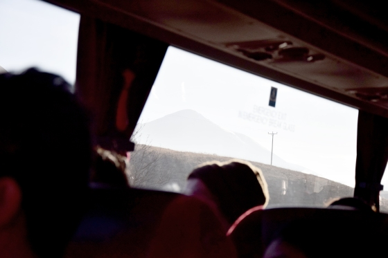 Blick durch ein Busfenster auf die schottischen Highlands