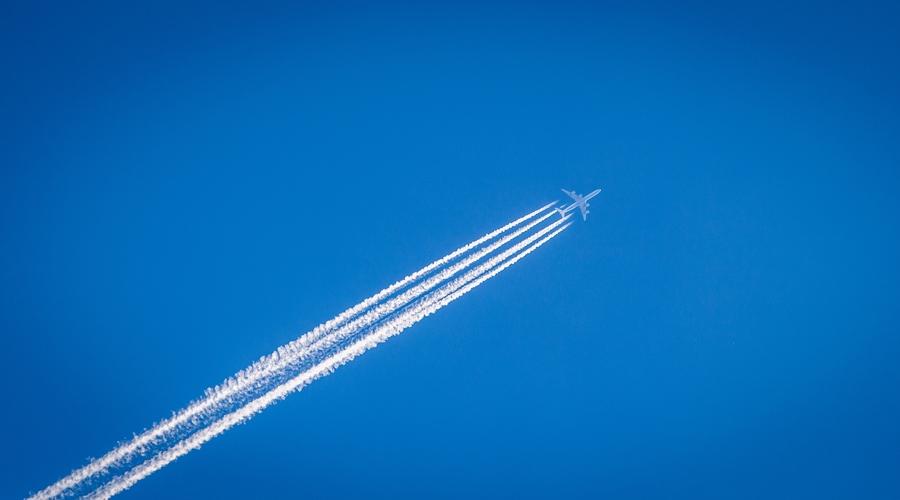Flugzeug mit Kondensstreifen (c) William Hook - Unsplash