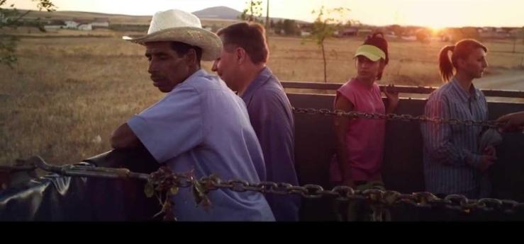 Vier Menschen auf einem Traktor