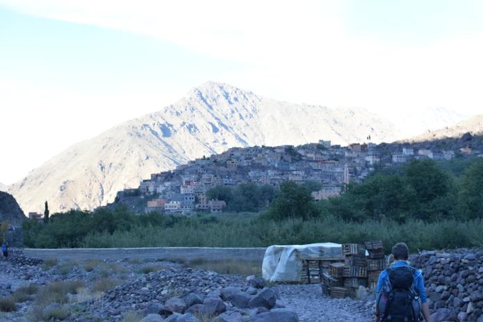 Zwei Wanderer in den marokkanischen Bergen