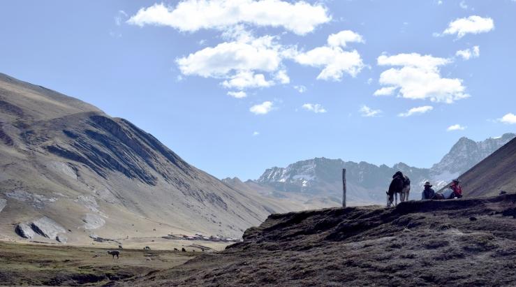 pferde menschen rainbow mountain peru.jpg